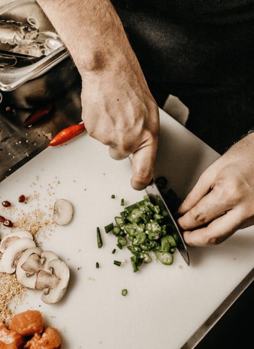 wie grüner Chili geschnitten wird
