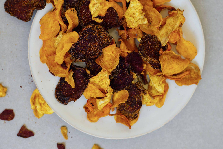 Gemüsechips mit Curry und Cayennpfeffer