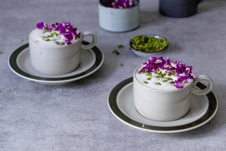 Hibiskus-Rose-Latte mit gehckten Pistazien