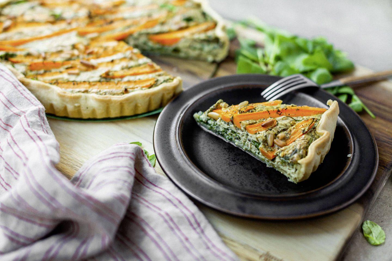 VEGGY clasic Ziegenkäse Quiche mit Blattspinat und Karotten