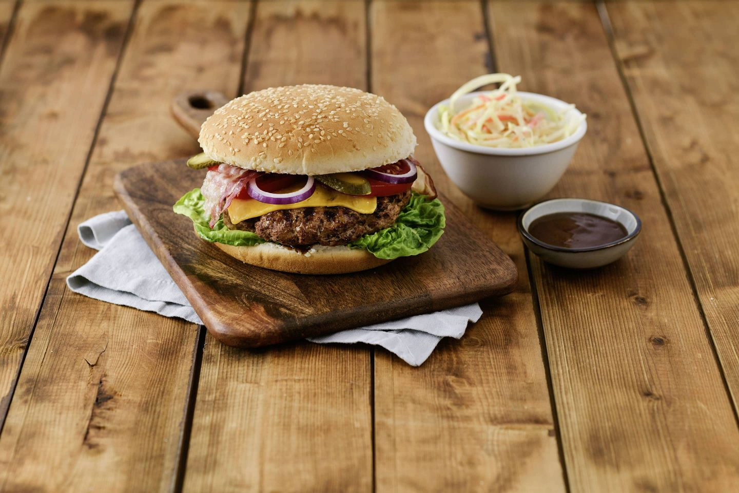 Grill-BBQ-Cheeseburger mit cole slaw