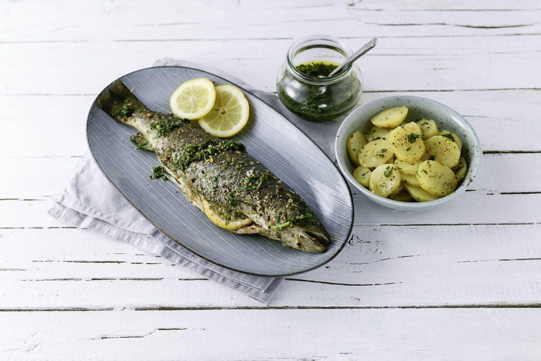 Grill-Fisch Forelle kartoffeln und gremolata