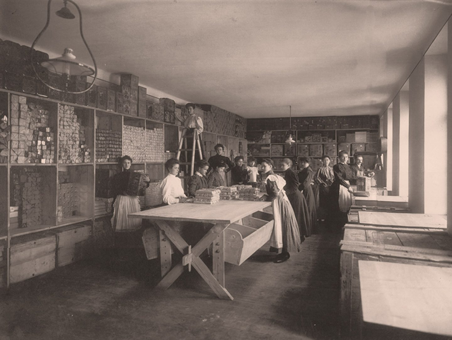 Black-and-white photograph: Workers packing Kotányi ground paprika in 1881