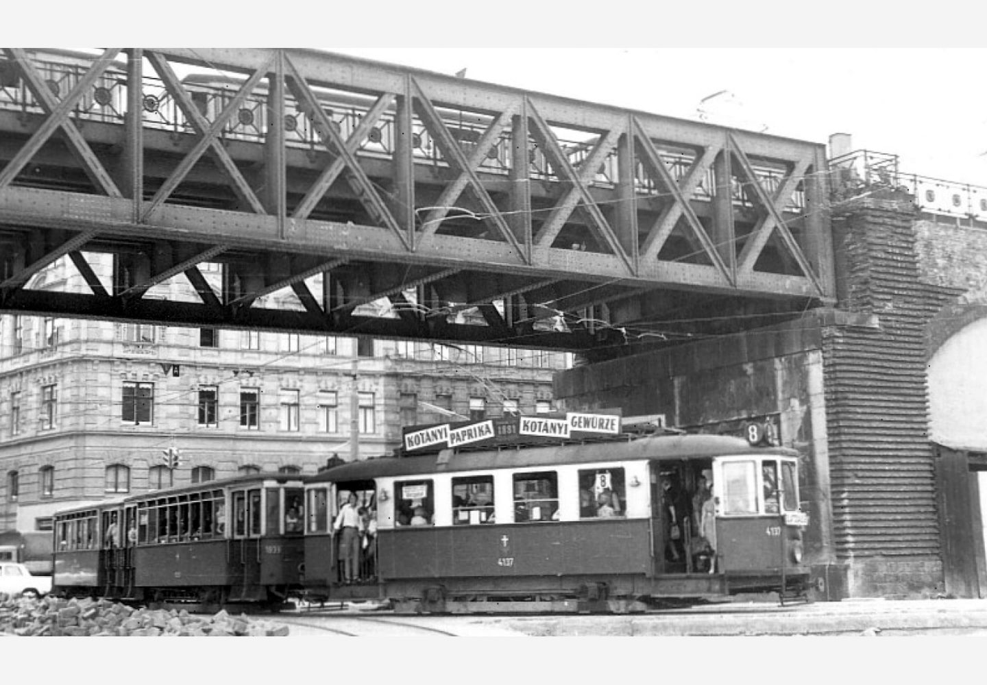 A tram in Vienna with Kotányi advertising from 1957.